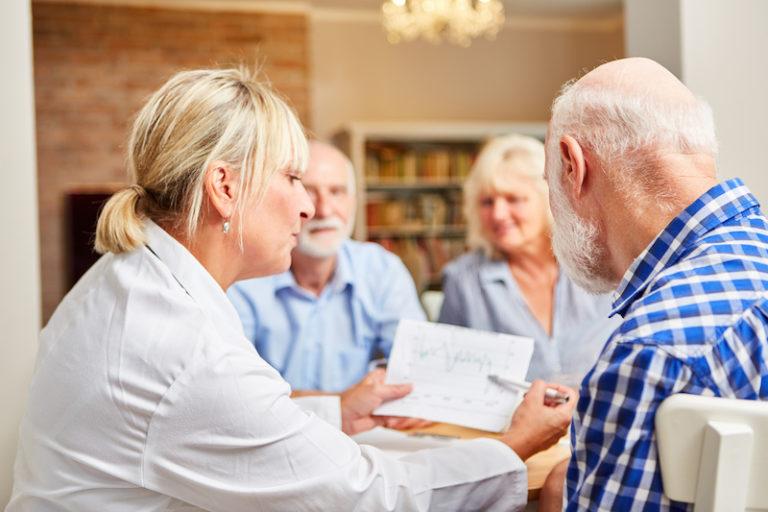 Ärztin betreut eine Therapie Sitzung der AGES Kur Bad Birnbach